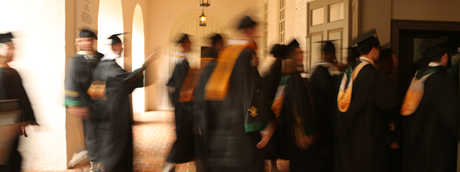 Students cross through the Wren Portico as they begin their walk across campus